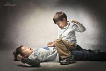 Dziecko dziecku wilkiem. Jak pomóc własnemu dziecku radzić sobie z agresją rówieśników