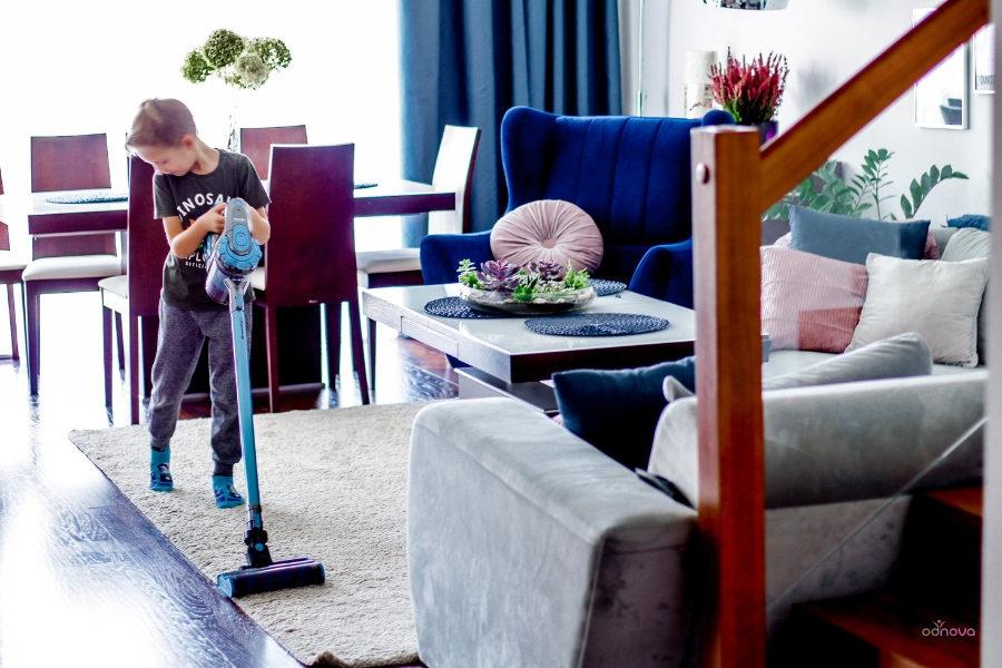 dziecko pomaga w domu